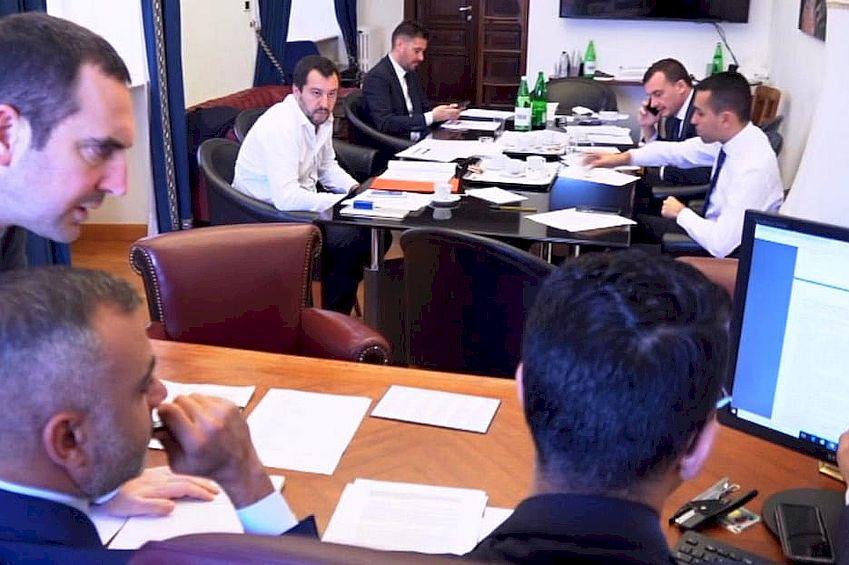 Matteo-Salvini-e-Luigi-Di-Maio-al-tavolo-della-trattativa-sul-contratto-di-governo-2